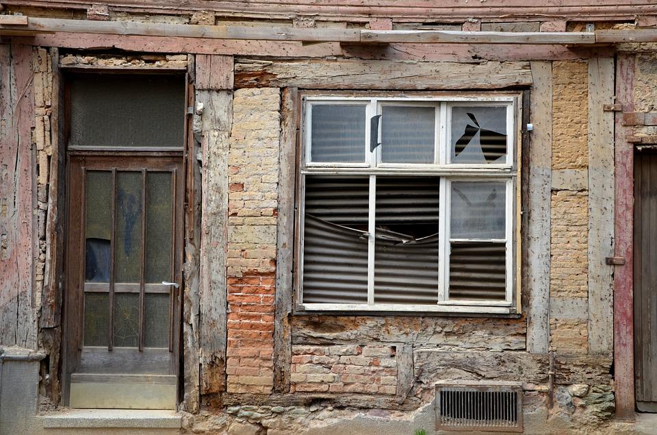 Если жилье признано аварийным и ветхим, собственнику обязаны предоставить новое.