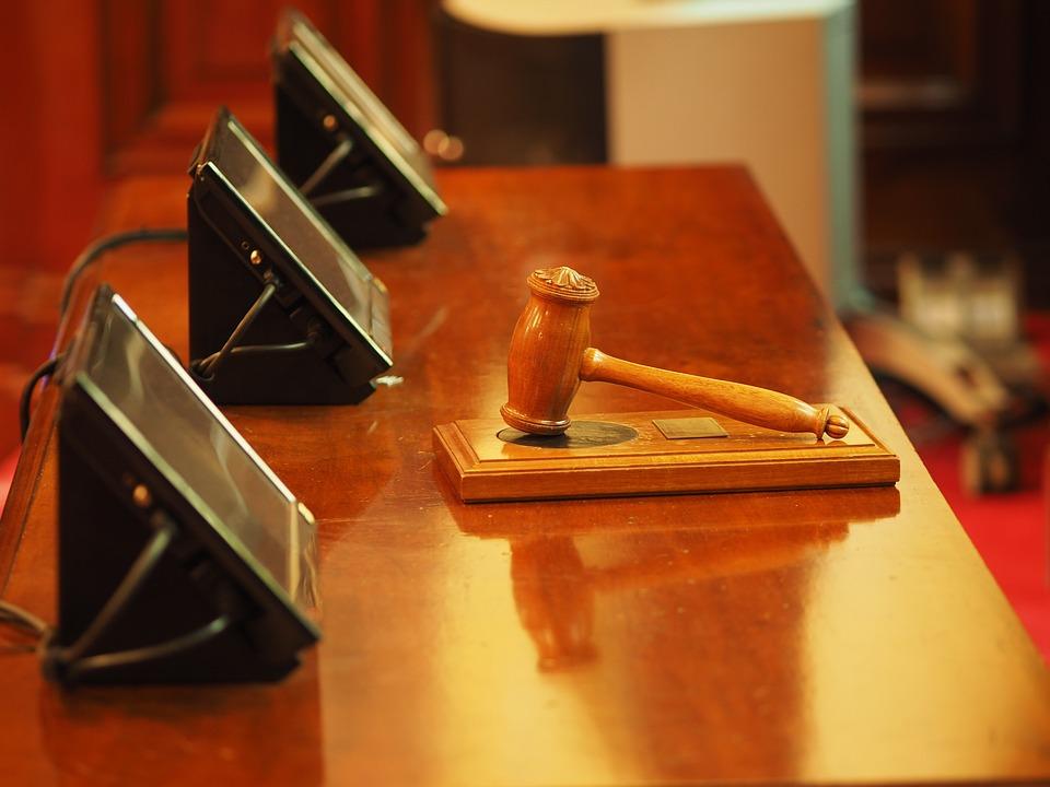 Выселить из квартиры собственника можно только по решению суда.